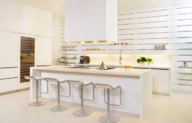 Мебель и техника на кухне в стиле хай тек