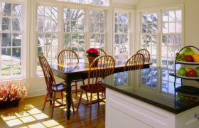 Стол на кухне у окна