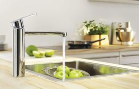 Установка смесителя на кухне в столешницу