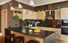 Оформление стен на коричневой кухне